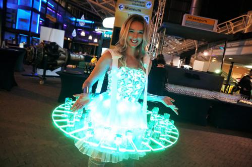 Futuristische Space Champagne Glow Dame, Champagne service, Gastenontvangst, Future, duurzaam, LED entertainment