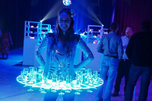 LED Disco dames als welkomst act op Got Talent Party te Brussel. Champagne dames met LED display, Mirror Girl kostuum, Champagne Lady, Champagne Girl, Exclusieve catering act, food entertainment, randanimatie, animatie.