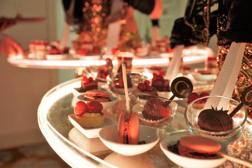 Levende LED Tafel in Gold styling als Gouden Dessert Ladies bij Business Event te Brussel. Gold Girls, Catering Act, Candy Girls,