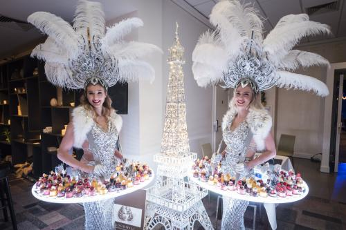 Dessertgirl in Silver Look met variantie op het Winter Wonderland Snowqueen thema. Food entertainment, mobiele catering act, LED tafel als verlicht food display, LED dames, Candygirl, Casino Las Vegas look, luxe hostess als Welkomstact, Openingsact