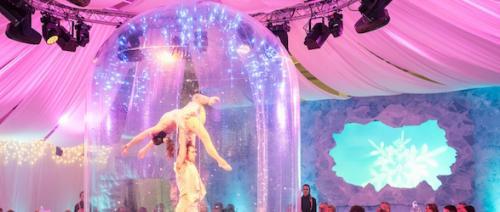 Acrobatische dansers in opblaasbare stolp