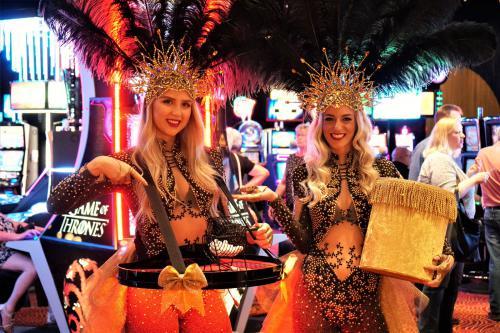 Casino Las Vegas Girls met LED omgeven speltafel voor Bingo spelen. LED girls, LED entertainment, quizmasters, Mobiel entertainment, Money kostuums, Showgirls, Interactieve act.