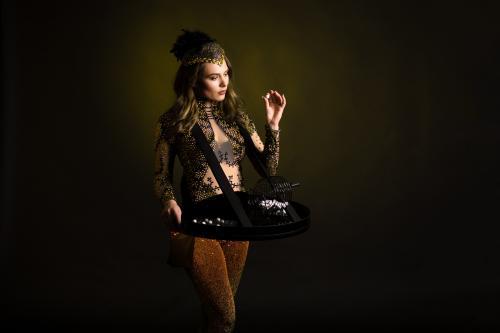 Gold Girl look met mobiel Bingospel als Casino Girls, Speldames, Las Vegas, LED Entertainment, Bingo dame, Bingospel