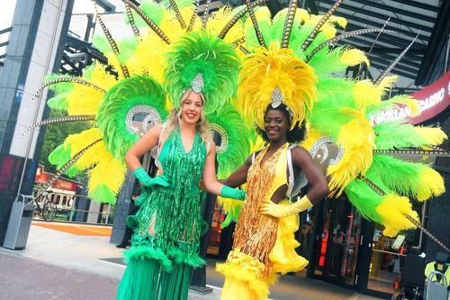 Steltenlopers inhuren, stelten act zomer, straattheater samba, carnival, caribisch, steltenloper festival, winkelcentrum promotie
