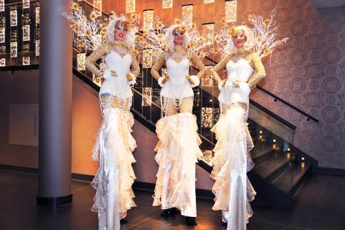Steltenlopers, stelten act, entertainment, kerst, wedding, white event, steltenloper