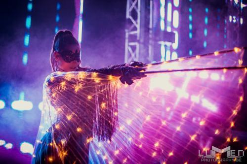 Freestyle dance, Freestyle danser, LED Fantasy danseressen,  Eventshow, Openingsact, Freestyle danseres, DJ danseres, Entertainment, Wings, Vleugels, Dansshow, Fantasy Festival stijl, Themadames, Danser huren, Danseres huren.