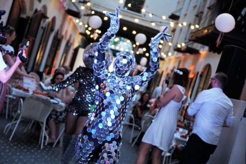 Dansers huren, Human Disco bal boeken, Disco Fever, Futuristisch, Galaxy, 80-ties Party, Silent Disco, spiegeldames, spiegelpak