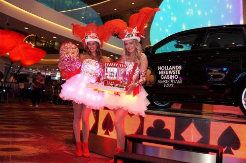 Candy Girls in Summer Diamond Themakostuums met het Candy spel op met LED verlichte LED tafel. Spelletjes entertainment, Candy Girls, Las Vegas Girls, Speltafel, Candy Tray, bruiloft entertainment, event entertainment
