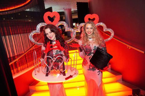 Mobiel spel entertainment in Valentijn Liefdes  Moulin Riuge thema. signaalspel, Bibberspel, signal gaming, game of hearts, event entertainment, gaming girl, casino gaming