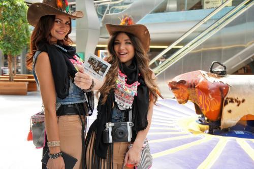 Polaroid foto act, custom fotokaders en decorbouw in Western Cowboy stijl. Themadames.nl