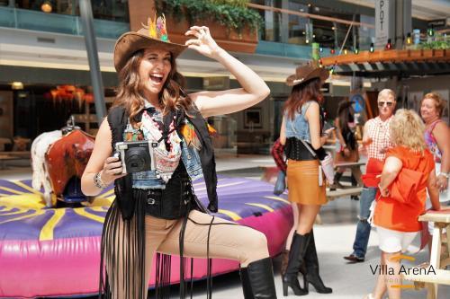 Polaroid meisjes, custom fotokaders en decorbouw in Western Cowboy stijl.