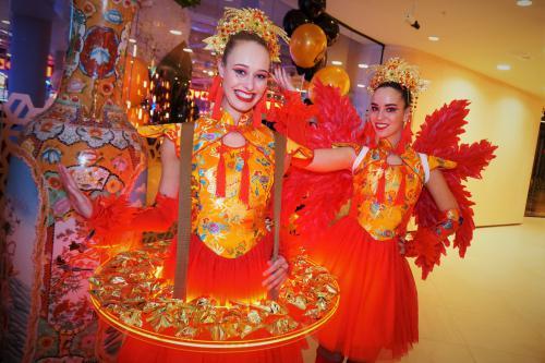Sushi dame, Events met Aziatisch Orientaals thema, Chinees Nieuwjaar, luxe catering act, LED Entertainment, Food Promotion, Mobiele amuse bar, verlicht dienblad