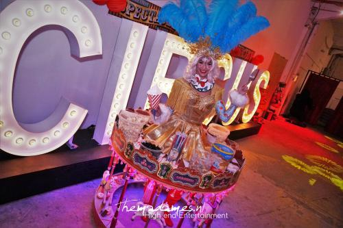 Candy tafel, Food and Beverage, Welkomst act, Event entertainment, Candy Girls, Thema intermezzo: circus, candy girls, rollende snoeptafel. Uniek event entertainment