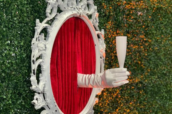 Levende champagme muur, uitdeel decor, uitdeel act, welkomstact, mysterieus entertainment, verrassende show
