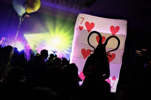Stelten lopers, Festival, Party, stelten act, steltenloper, House of Cards, Kaartspel, LED entertainment, Halloween Joker Girl, Joker speldames, Casino, Las Vegas