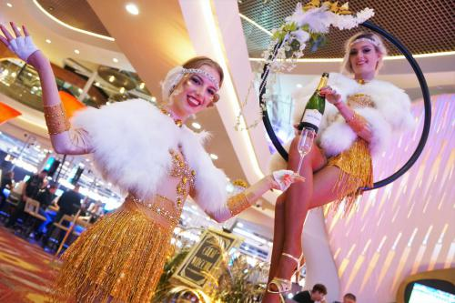 Champagne dames, aerial champagne, welkomst act, gastenontvangst, event entertainment, winters, white party, vikings, kerst