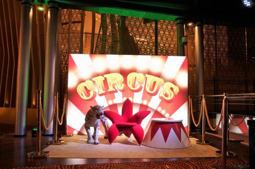 Circus decor, verlicht decor, event decoratie, fotowand, fotobooth circus, American, event fotografie, event decor, event entertainment