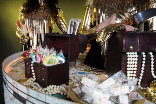 Treasure Hunt, Candy table, Candy Girl, Thema events, nautisch, Oud-Hollands, Pirates, Schepen, Schatkisten, Gold party, Walking table, Levende tafels, Event entertainment