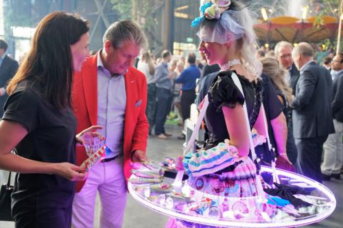 Levende LED Tafel in Gold styling als Gouden Dessert Ladies bij Business Event te Brussel. Gold Girls, Catering Act, Candy Girls, food entertainment